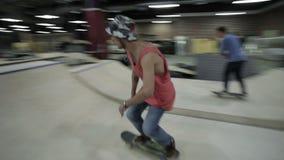 在微型舷梯的溜冰板者骑马 股票视频