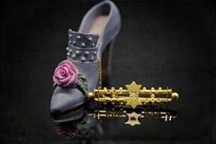 在微型鞋子旁边的古色古香的开口 库存照片