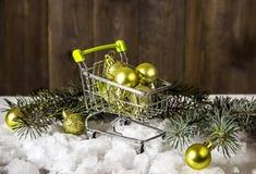 在微型购物车的圣诞节礼物 免版税库存图片