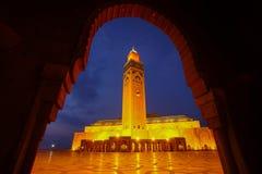在微明期间的哈桑二世清真寺在卡萨布兰卡,摩洛哥 免版税库存图片