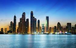 在微明期间的迪拜小游艇船坞 库存图片