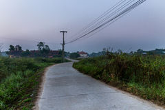 在微明的乡下公路 库存照片