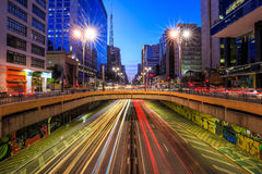 在微明的保利斯塔大道在圣保罗 免版税库存图片