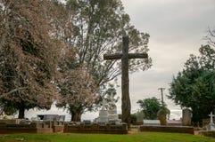 在微明的公墓十字架 免版税库存照片