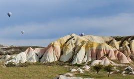 在微明的典型的岩层在卡帕多细亚,土耳其 库存图片