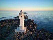在微明的冰岛灯塔 免版税库存图片