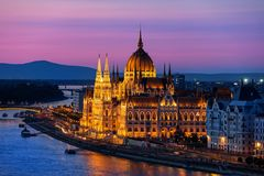 在微明的匈牙利议会在布达佩斯市 免版税库存图片