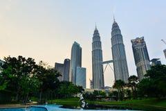 在微明的双塔在吉隆坡,马来西亚 图库摄影