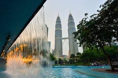 在微明的双塔在吉隆坡,马来西亚 免版税图库摄影