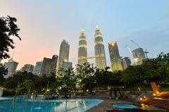 在微明的双塔在吉隆坡,马来西亚 库存图片