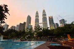 在微明的双塔在吉隆坡,马来西亚 免版税库存照片