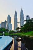 在微明的双塔在吉隆坡,马来西亚 库存照片