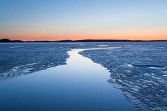 在微明的平静的结冰的湖scape 免版税库存照片