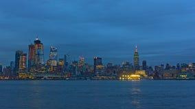 在微明的曼哈顿地平线与反射在哈得逊河 库存照片