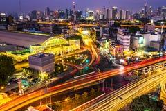 在微明的曼谷华Lamphong火车站 曼谷街道业务量 俯视图, 图库摄影