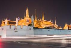 在微明的曼谷玉佛寺在曼谷,泰国 免版税库存照片