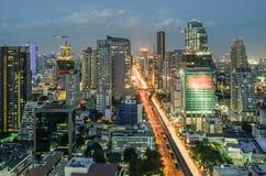 在微明的曼谷都市风景与主要交通 图库摄影