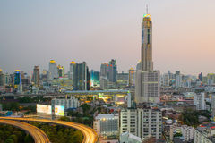 在微明的曼谷都市风景与主要交通 库存图片