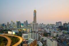 在微明的曼谷都市风景与主要交通 库存照片