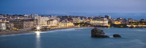 在微明的比亚利兹重创的色球海滩 免版税库存照片