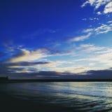 在微明的海滩 免版税库存图片