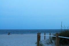在微明的海滩 免版税库存照片