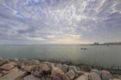 在微明的渔船回归 免版税库存照片