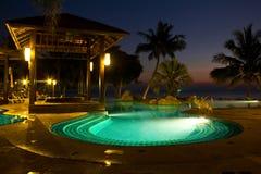 在微明的游泳池 免版税图库摄影