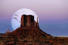 在微明的纪念碑谷,亚利桑那 免版税图库摄影