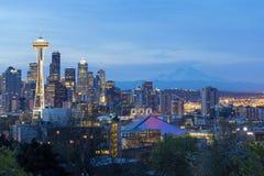 在微明的西雅图都市风景与Mt 更加多雨 免版税图库摄影