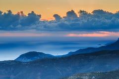 在微明的飘渺山日落 图库摄影
