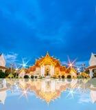 在微明的Mable寺庙与地平线的反射,曼谷,泰国 库存图片
