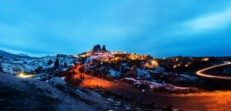 在微明的Uchisar城堡在卡帕多细亚 图库摄影