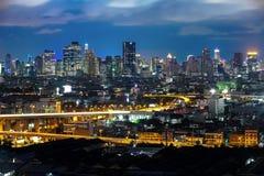 在微明,城市的光印象的曼谷都市风景  免版税库存图片