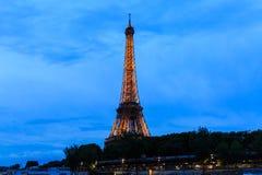 在微明,艾菲尔铁塔的游览埃菲尔 免版税库存图片