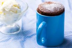 在微波准备的杯子蛋糕 图库摄影