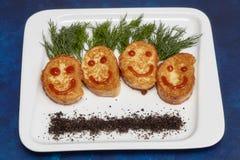 在微笑形状的肉炸肉排在板材 开玩笑菜单 免版税库存照片