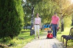在微笑的空白年轻人的婴孩背景系列父亲愉快的查出的母亲 库存照片