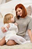 在微笑的空白年轻人的婴孩背景系列父亲愉快的查出的母亲 免版税库存照片