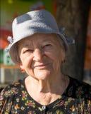 在微笑的老妇人的画象 免版税库存图片