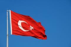 在微风的土耳其旗子 免版税图库摄影