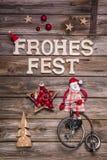 在德国信件的圣诞快乐与在红色和木d的圣诞老人 免版税库存照片