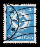 在德国打印的邮票在橡木花圈显示十字记号 库存照片