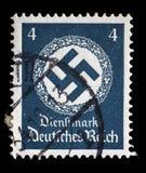 在德国打印的邮票在橡木花圈显示十字记号 库存图片