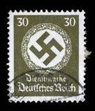 在德国打印的邮票在橡木花圈显示十字记号 图库摄影