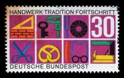 在德国打印的邮票,展示各种各样的工艺的标志 库存照片