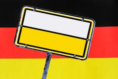 在德国旗子前面的空的路标 库存照片