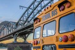 在德国桥梁前面的美国校车 库存照片
