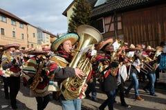 在德国狂欢节Fastnacht的街道队伍 图库摄影