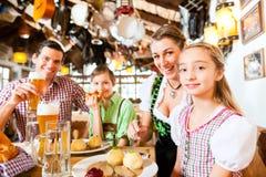 在德国餐馆吃的巴法力亚家庭 免版税库存图片